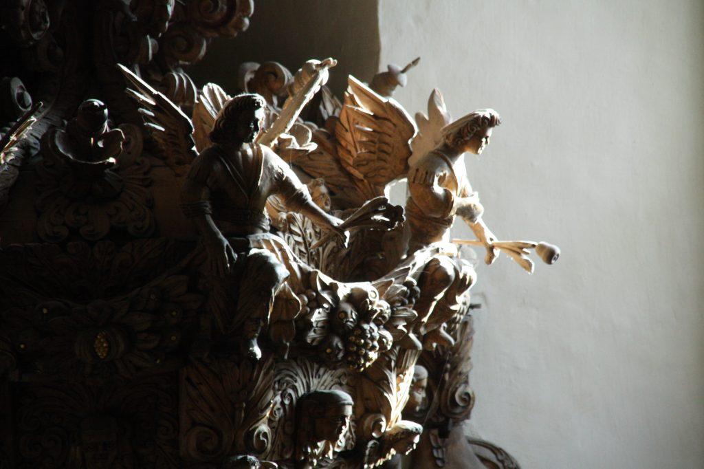 Das barocke Schnitzwerk in der Kirche Posterstein.