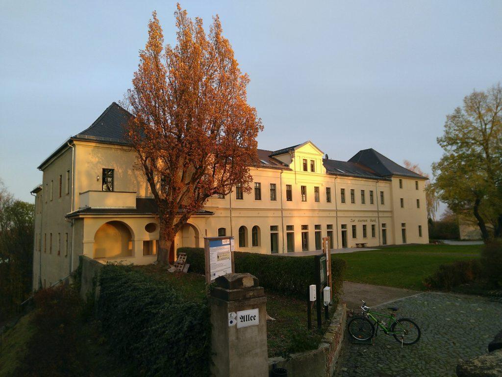 Oben links im historischen Herrenhaus auf dem Burgberg Posterstein befindet sich eine Ferienwohnung für bis zu 4 Personen mit Balkon.