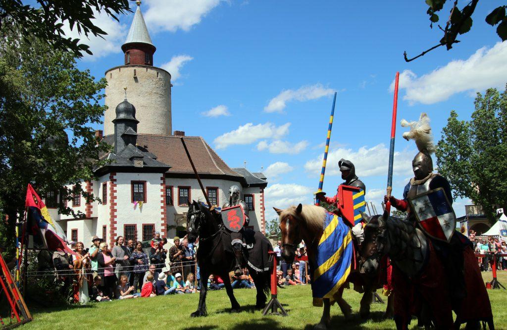Ritterturnier auf dem Platz vor der Burg Posterstein