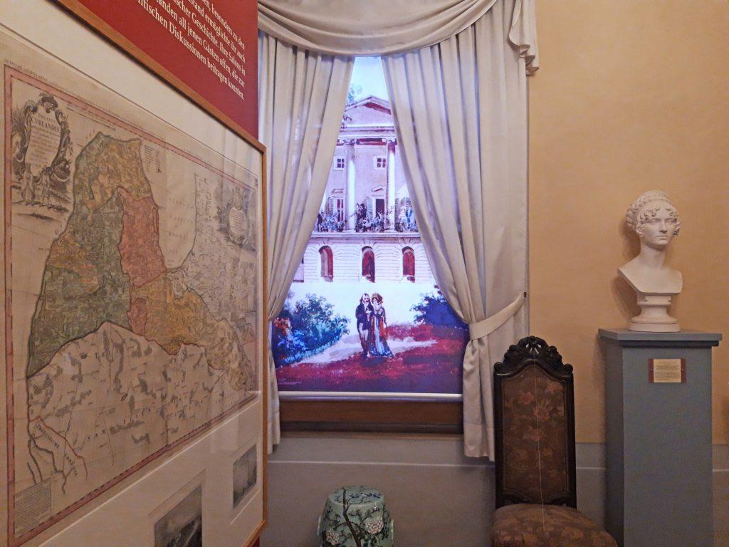 Links eine Karte des Herzogtums Kurlands, rechts die Büste der Herzogin Wilhelmine von Sagan, dazwischen der Blick auf Schloss Löbichau - so zeigt sich die neue ständige Ausstellung im Museum Burg Posterstein