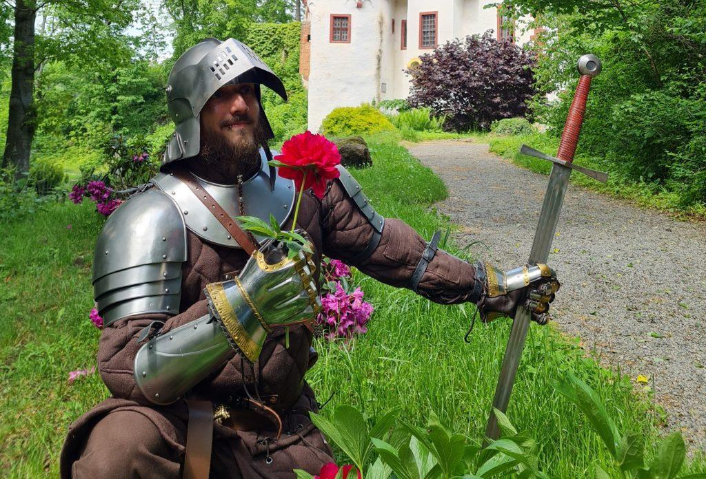 Ritter mit Blume im Park vor der Burg Posterstein